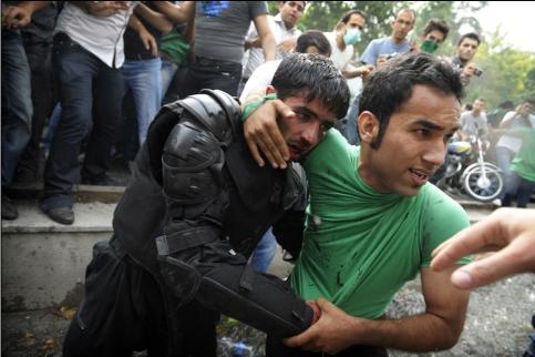 Riot_police_protester